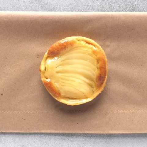 tartlet with pear and almond on brown paper